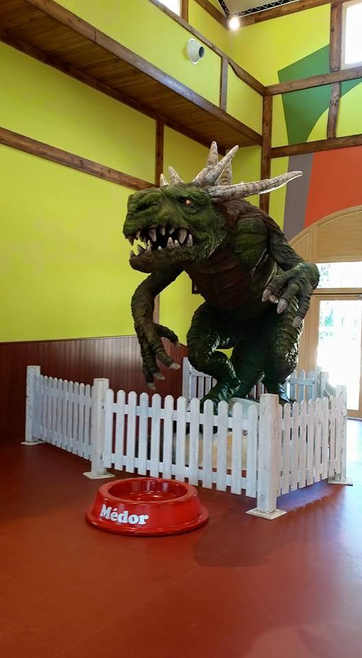 """Médor le dragon maléfique animé présent dans l'air de jeu indoor du Center Parcs """"Le bois aux daims"""""""