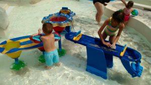 """Aire de jeux jeunes enfants dans l'Aqua Mundo de Center Parcs """"Le bois aux daims"""""""