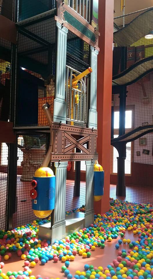 """Canons lance-balles dans la structure de l'aire de jeu indoor de Center Parcs """"Le bois aux daims"""""""
